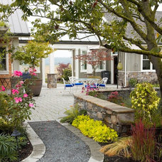 Farmhouse Patio by Lankford Associates Landscape Architects