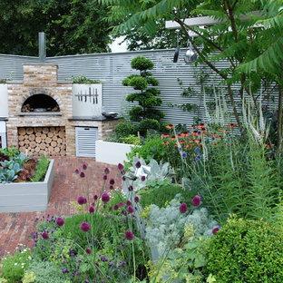 Modelo de patio actual, sin cubierta, en patio trasero, con adoquines de ladrillo
