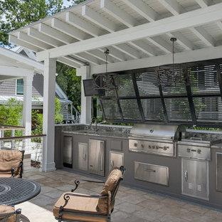 Immagine di un patio o portico contemporaneo di medie dimensioni e nel cortile laterale con pavimentazioni in pietra naturale e una pergola