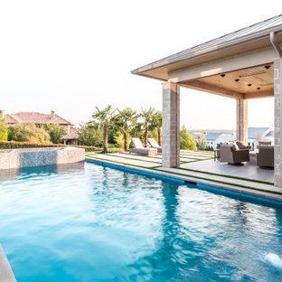 Foto di un ampio patio o portico tradizionale dietro casa con un caminetto, piastrelle e un tetto a sbalzo