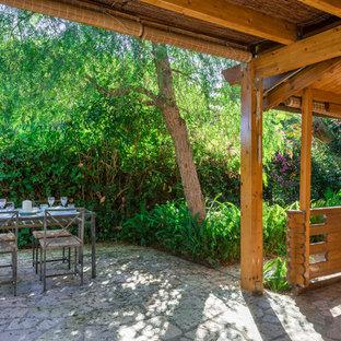 Ejemplo de patio mediterráneo, en anexo de casas, con adoquines de piedra natural