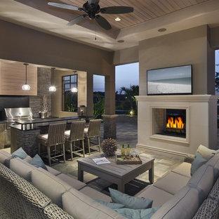 Ispirazione per un patio o portico design con un tetto a sbalzo