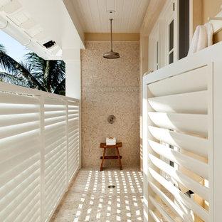 Klassischer Patio mit Gartendusche in Miami