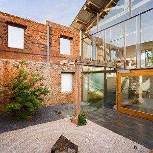 Ejemplo de patio industrial, de tamaño medio, sin cubierta, en patio, con gravilla