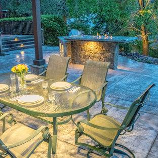 Foto di un patio o portico mediterraneo di medie dimensioni e dietro casa con cemento stampato e una pergola