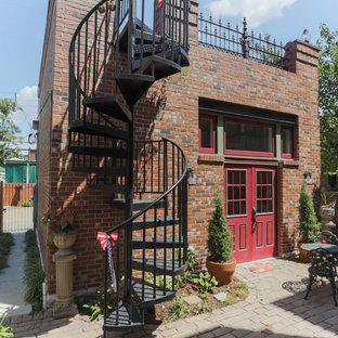 Ispirazione per un patio o portico vittoriano di medie dimensioni e dietro casa con pavimentazioni in cemento e nessuna copertura