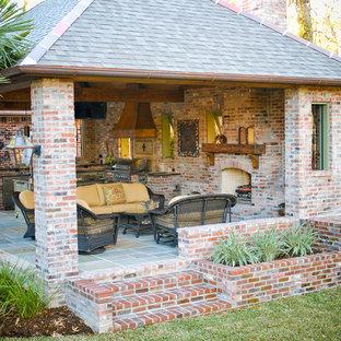 Esempio di un grande patio o portico mediterraneo dietro casa con pavimentazioni in mattoni e un gazebo o capanno