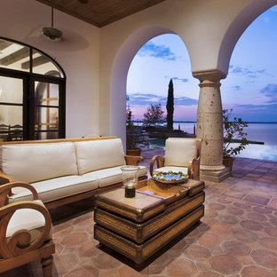 Diseño de patio mediterráneo, en anexo de casas, con adoquines de hormigón