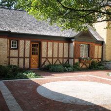Farmhouse Patio by NLH Landscape Architects