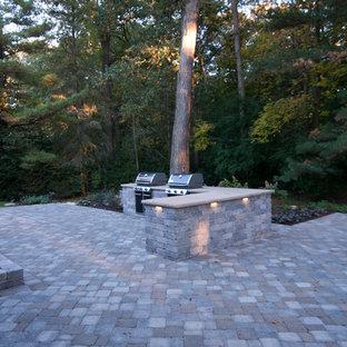 Idées déco pour une très grande terrasse avec une cuisine extérieure arrière classique avec des pavés en béton et aucune couverture.