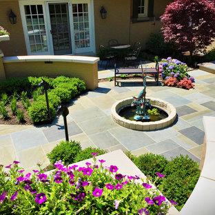Idee per un piccolo patio o portico bohémian in cortile con fontane, pavimentazioni in pietra naturale e nessuna copertura