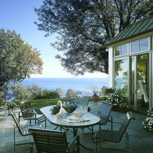 Imagen de patio tradicional, de tamaño medio, sin cubierta, en patio lateral, con suelo de baldosas