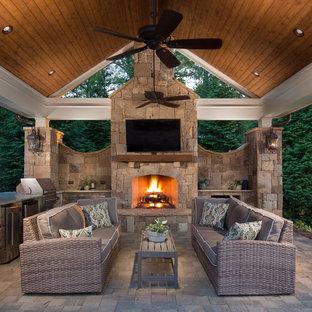 Idee per un grande patio o portico classico dietro casa con pavimentazioni in cemento e un gazebo o capanno