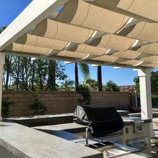 Ispirazione per un patio o portico contemporaneo di medie dimensioni e dietro casa con una pergola