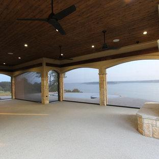 Foto di un grande patio o portico mediterraneo dietro casa con un focolare, graniglia di granito e un tetto a sbalzo