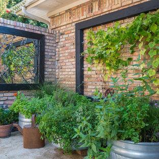Immagine di un patio o portico bohémian nel cortile laterale con cemento stampato