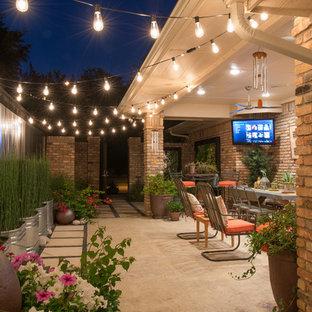 Idee per un patio o portico bohémian nel cortile laterale con un giardino in vaso, cemento stampato e un tetto a sbalzo