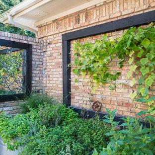 Ispirazione per un patio o portico bohémian nel cortile laterale con cemento stampato