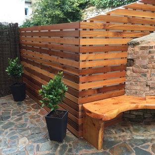 Foto di un piccolo patio o portico minimalista in cortile con pavimentazioni in pietra naturale e nessuna copertura