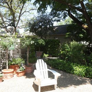 Ispirazione per un piccolo patio o portico country dietro casa con un caminetto, graniglia di granito e nessuna copertura
