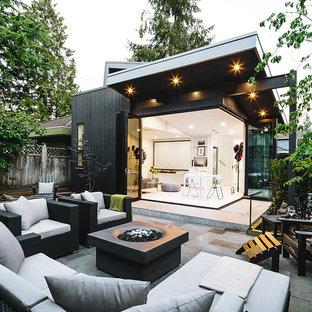 Foto di un patio o portico scandinavo con un focolare