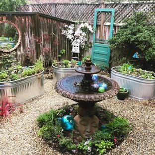 Ispirazione per un patio o portico boho chic di medie dimensioni e dietro casa con fontane, ghiaia e nessuna copertura