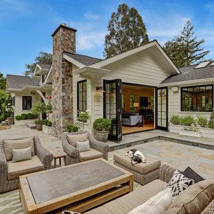 Immagine di un patio o portico classico di medie dimensioni e dietro casa con pavimentazioni in pietra naturale e nessuna copertura