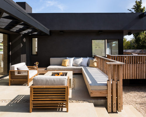 Inspiration for a mid-sized contemporary backyard concrete patio remodel in  Los Angeles with a