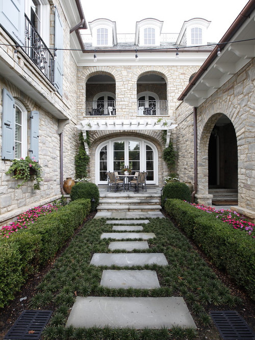 Patio Small Traditional Courtyard Idea In Nashville