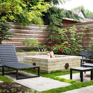 Esempio di un piccolo patio o portico classico dietro casa con un focolare, pavimentazioni in cemento e nessuna copertura