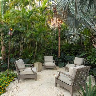 Esempio di un grande patio o portico tropicale nel cortile laterale