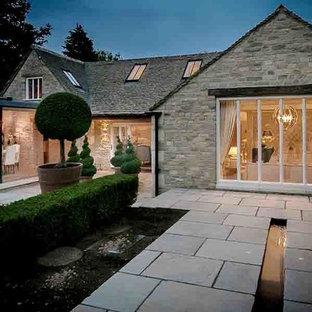 Esempio di un ampio patio o portico country in cortile con fontane, pavimentazioni in pietra naturale e nessuna copertura