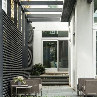 Idée de décoration pour une terrasse design avec une pergola.