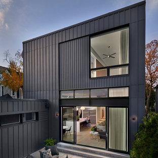 Mittelgroßer, Unbedeckter Moderner Patio hinter dem Haus mit Natursteinplatten in Chicago