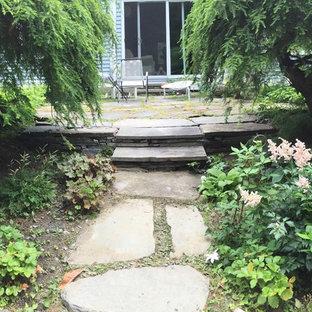 Foto di un piccolo patio o portico vittoriano dietro casa con pavimentazioni in pietra naturale
