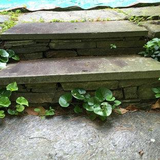 Immagine di un piccolo patio o portico vittoriano dietro casa con pavimentazioni in pietra naturale