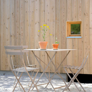 Immagine di un piccolo patio o portico nordico dietro casa con nessuna copertura e graniglia di granito