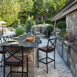 Esempio di un ampio patio o portico mediterraneo dietro casa con pavimentazioni in pietra naturale e nessuna copertura