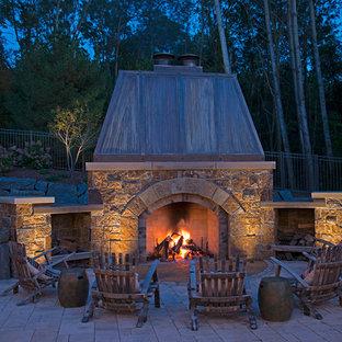 Diseño de patio rústico, sin cubierta, con chimenea