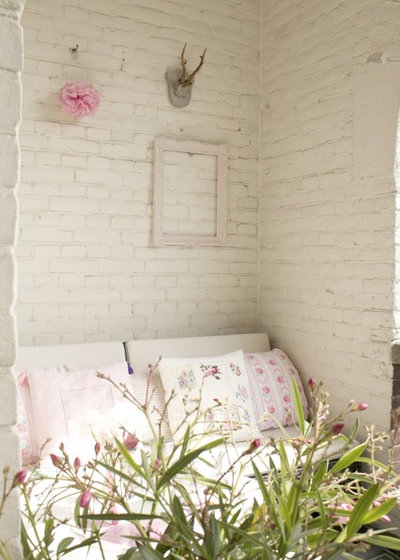 Shabby-chic Style Courtyard by Iris