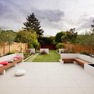 Imagen de patio actual, de tamaño medio, sin cubierta, en patio trasero, con fuente y suelo de baldosas