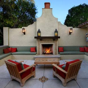 ロサンゼルスのサンタフェスタイルのおしゃれなテラス・中庭 (ファイヤーピット、日よけなし) の写真