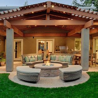 Foto di un patio o portico tradizionale con un focolare