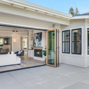 Esempio di un grande patio o portico country dietro casa con lastre di cemento e nessuna copertura