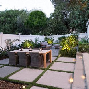 Immagine di un patio o portico classico di medie dimensioni e dietro casa con un focolare, ghiaia e nessuna copertura