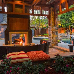 Idées déco pour une terrasse contemporaine avec un foyer extérieur et un gazebo ou pavillon.