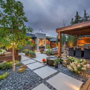 Immagine di un patio o portico etnico di medie dimensioni e dietro casa con un gazebo o capanno