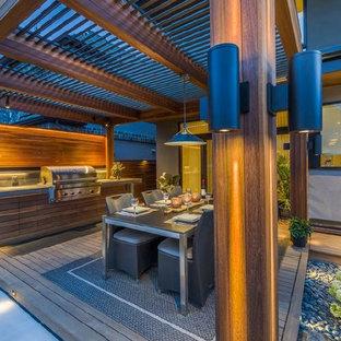 Idee per un patio o portico etnico di medie dimensioni e dietro casa con un gazebo o capanno