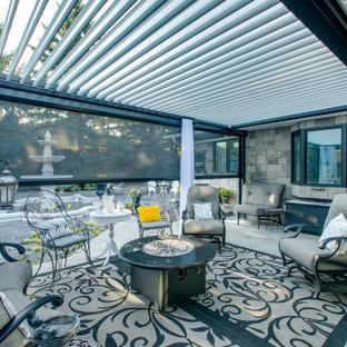 Ispirazione per un piccolo patio o portico contemporaneo dietro casa con una pergola