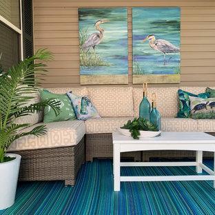 Idee per un piccolo patio o portico stile marinaro in cortile con un tetto a sbalzo